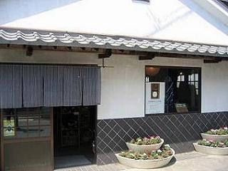創業明治30年 長尾織布の「阿波しじら」は、徳島の美しい水と藍、そして匠たちの技から生まれました